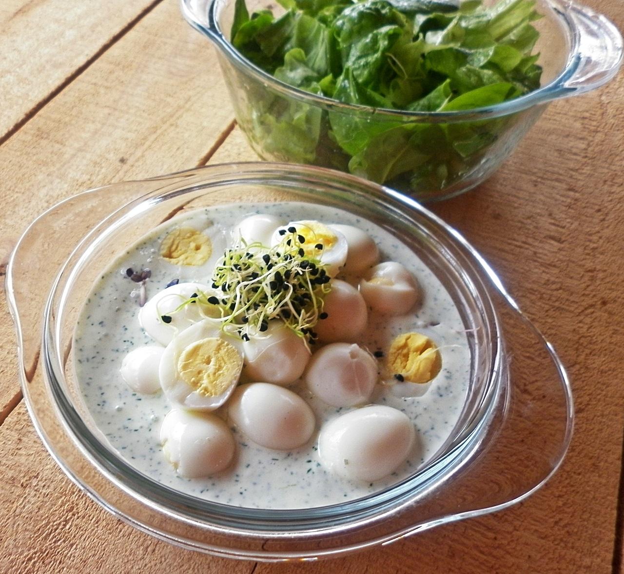 Salata din oua de prepelita cu sos de branza
