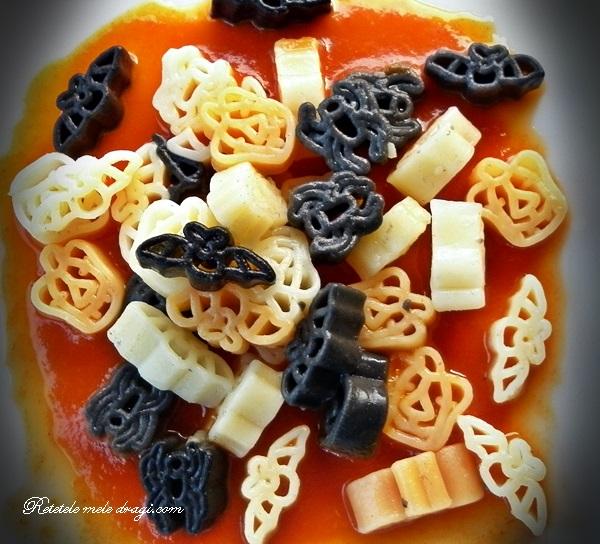 Paste de Halloween cu sos rosu