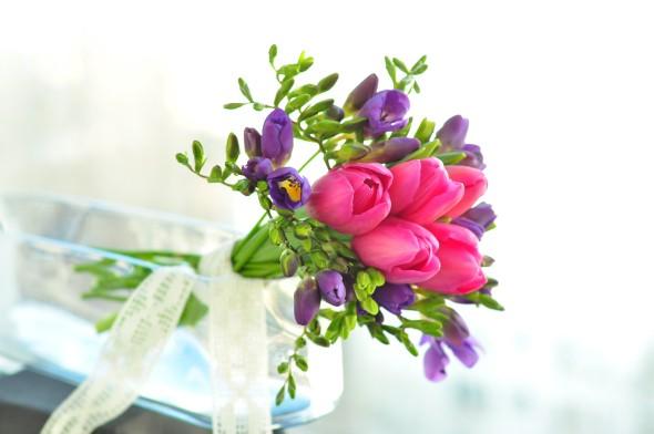 5-buchet-cu-lalele-roz-si-frezii-mov