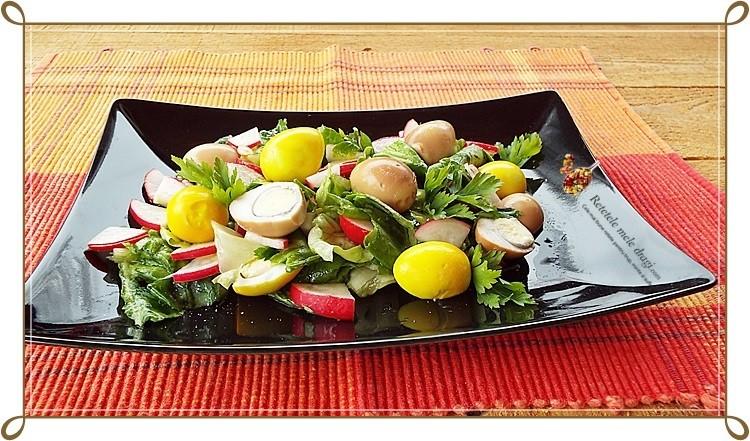 Salata cu oua de prepelita colorate natural