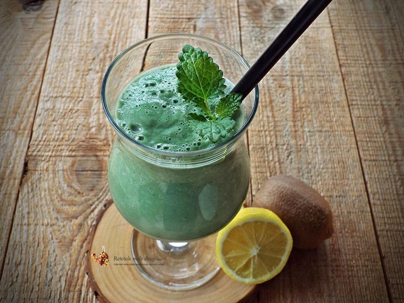 smoothie cu mere, avocado si spirulina