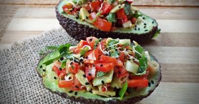 avocado umplut cu salata asortata