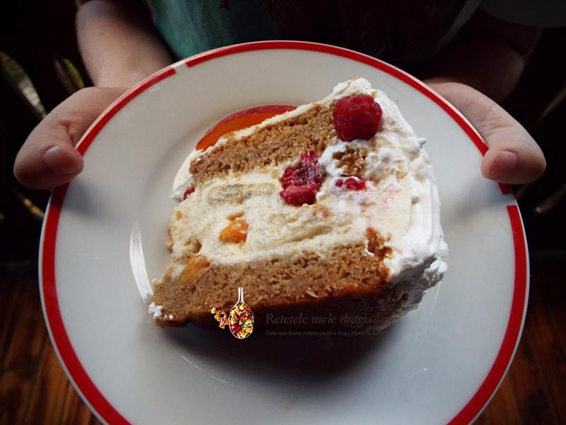 tort cu fructe si crema de vanilie felie