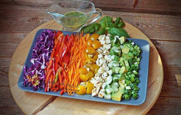 salata-de-legume-curcubeu-cu-haloumi