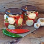 Rosii la cuptor cu usturoi si ierburi aromatice