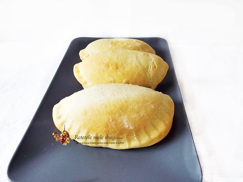 Mini Pizza Calzone cu haloumi si spanac