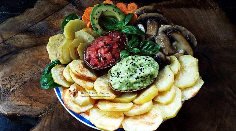 Platou vegan cu legume, salsa si guacamole