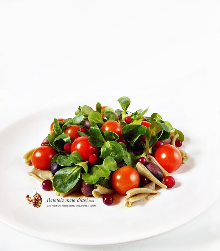 salata festiva de paste cu rosii si merisoare