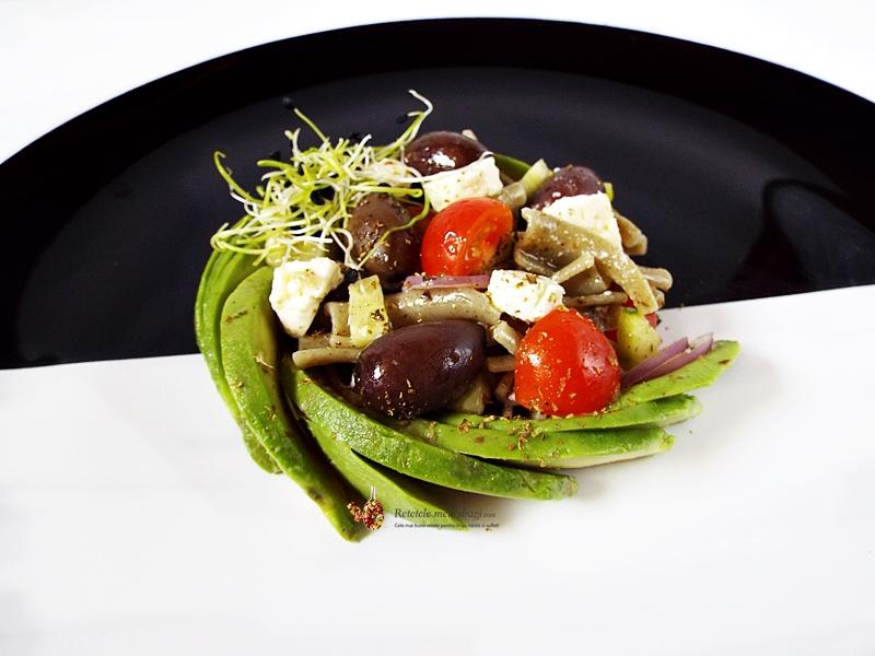 salata greceasca cu paste si avocado 1