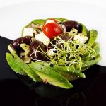 salata greceasca cu paste si avocado