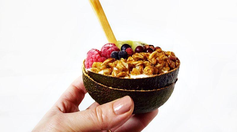 Mic dejun cu iaurt, granola si unt de arahide 2