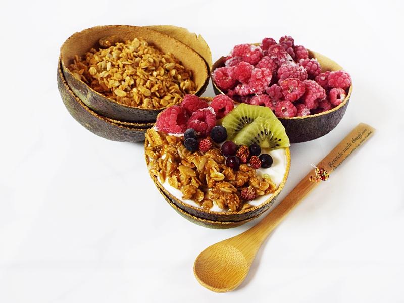 Mic dejun cu iaurt si granola cu unt de arahide