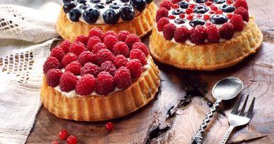 tarta cu blat pufos si fructe de padure