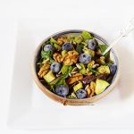 salata asortata cu avocado si afine