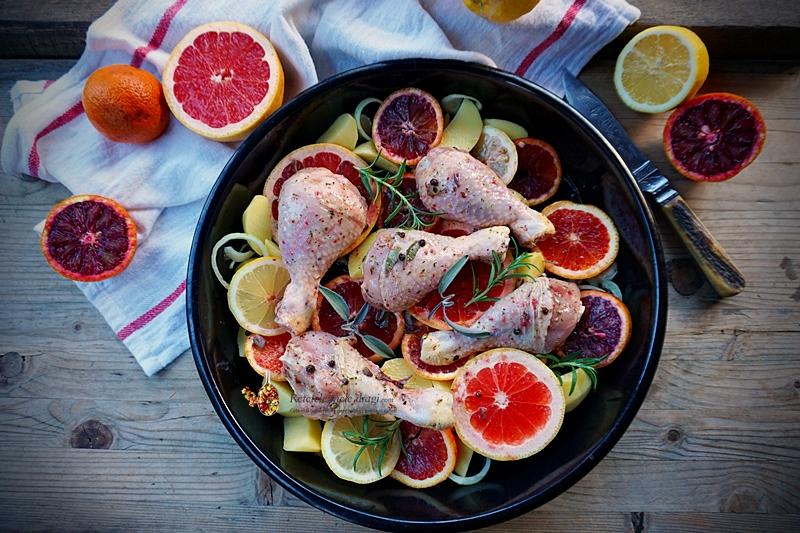 Oui cu citrice la cuptor. Pulpe de pui gatite impreuna cu ceapa, usturoi si felii de citrice> grapefruit, portocale rosii si obisnuite, lamaie