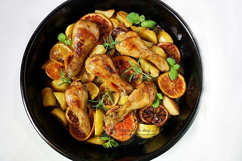 Pui cu citrice la cuptor, pulpe pe pui gatite la cuptor impreuna cu felii de citrice mixte (grapefruit, lamai, portocale rosii si obisnuite)