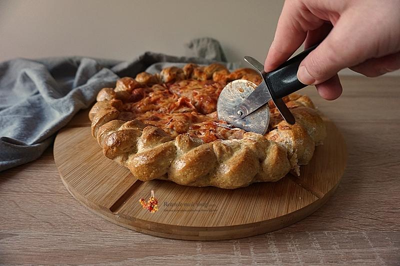 pizza cu blat pufos si margini impletite 1