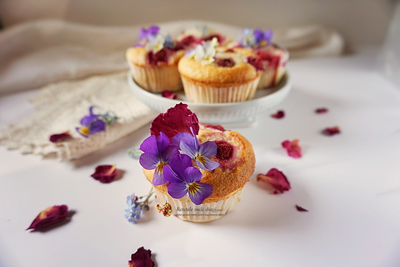 Brioșe din albușuri cu zmeură și trandafiri 1