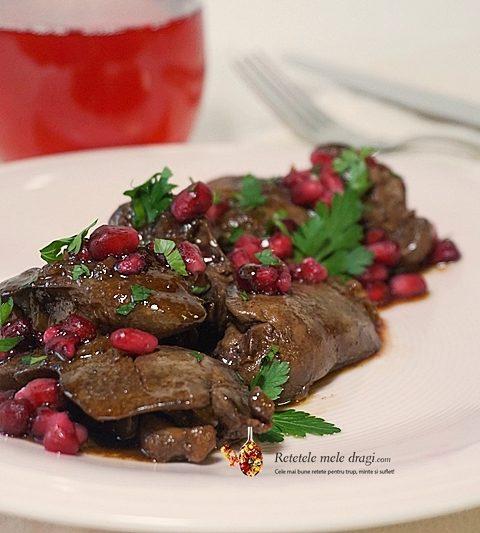 ficatei de pui cu sos de rodie in stil libanez . Preparat cald, prezentat alaturi de un pahar cu suc de rodie