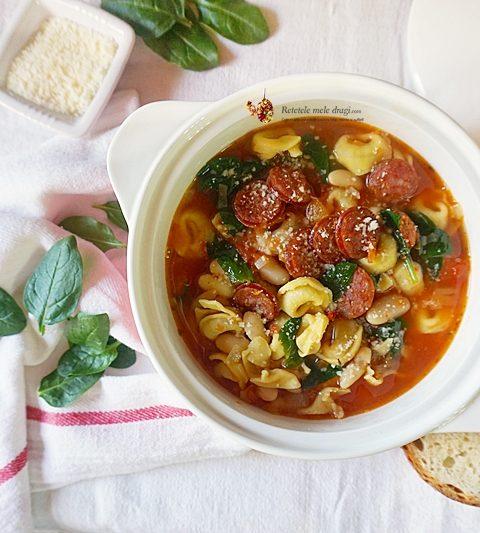 Bol cu supa de tortellini si carnati, in stil toscan