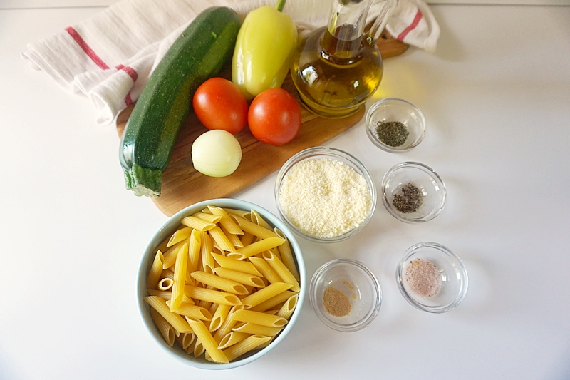 ingrediente pentru salata mediteraneana de paste cu legume la cuptor